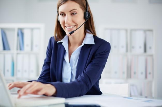 secretaria-sonriente-escribiendo-portatil_1098-3236